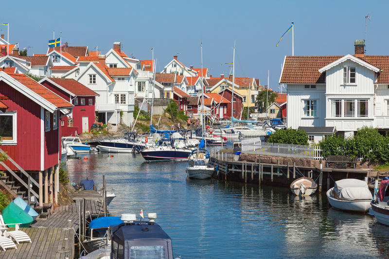 Casas de campo e barcos no canal imagens de stock