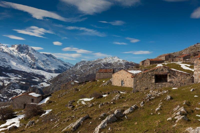 Casas de campo em Picos de Europa imagens de stock