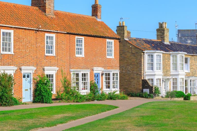 Casas de campo em Southwold, uma cidade popular do tijolo do feriado do beira-mar no Reino Unido fotografia de stock royalty free