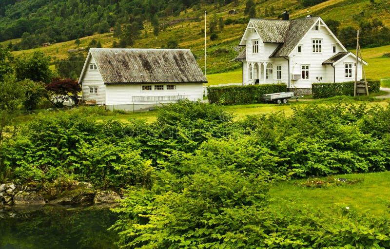 Casas de campo en noruega foto de archivo imagen de campo for Casas en noruega
