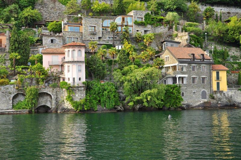 Casas de campo italianas pela costa do lago (lago) Maggiore, Itália imagem de stock