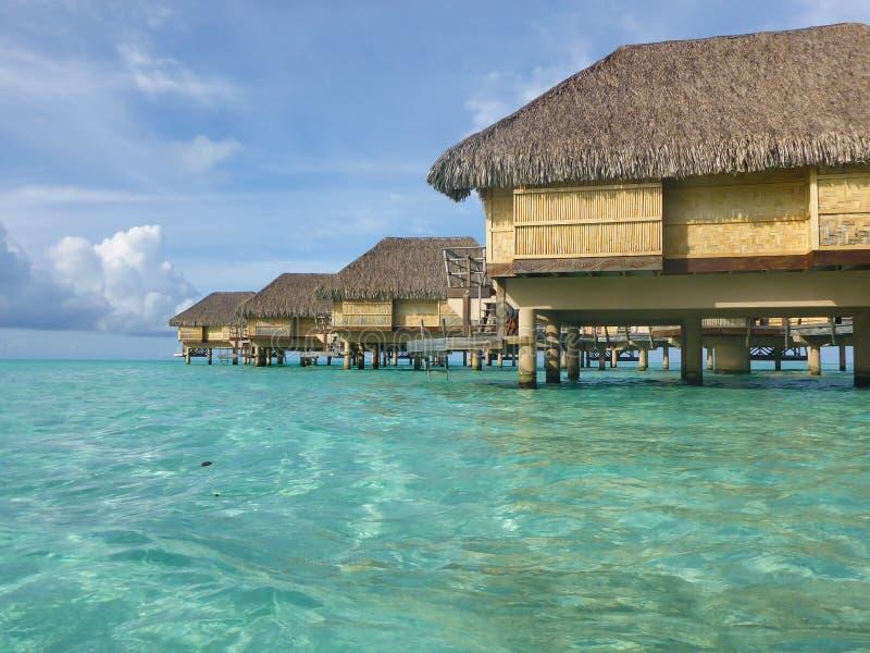 Casas de campo luxuosas do overwater fotos de stock royalty free