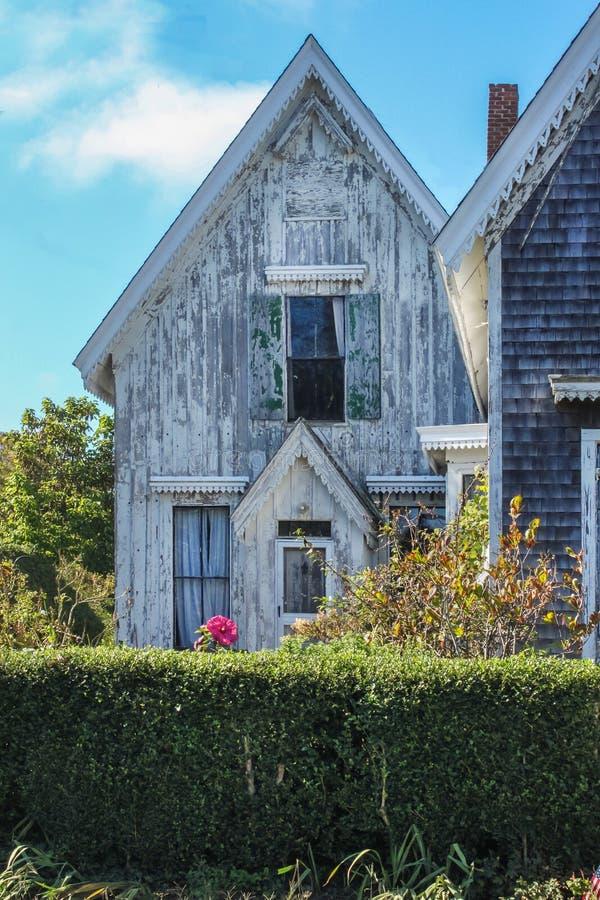 Casas de campo de madeira gastas de encantamento do tempo velho com o bricabraque vitoriano em Cape Cod foto de stock royalty free