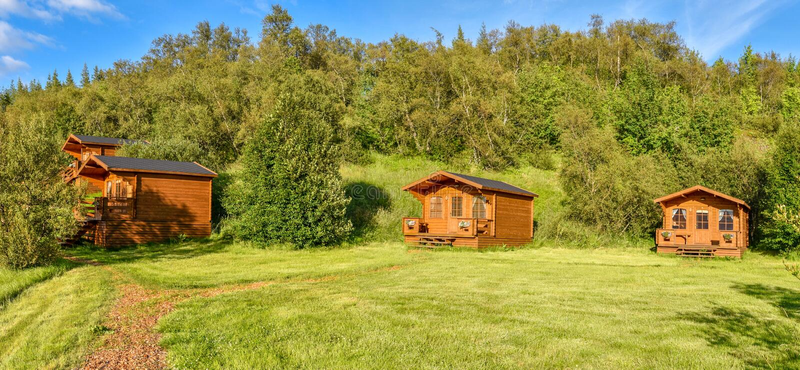 Casas de campo de madeira na floresta nacional de Hallormsstadaskogur em Islândia oriental fotos de stock royalty free