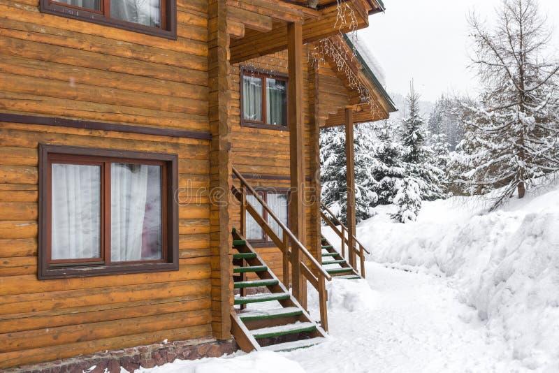 Casas de campo de madeira no recurso Bukovel em Ucrânia fotografia de stock