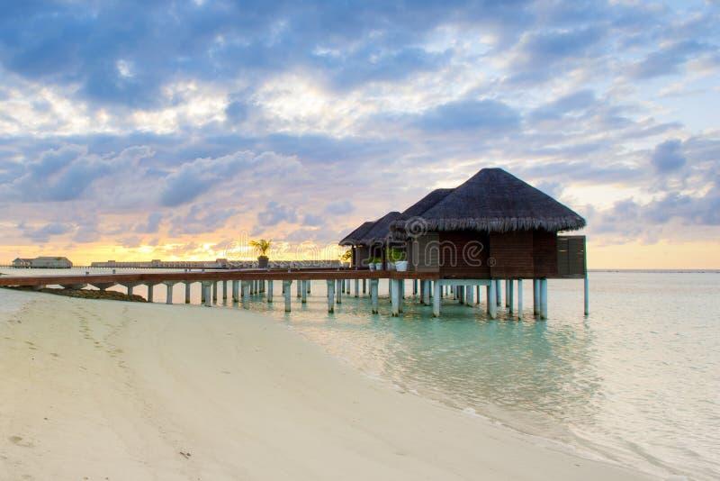 Casas de campo de madeira sobre a água do Oceano Índico fotografia de stock royalty free