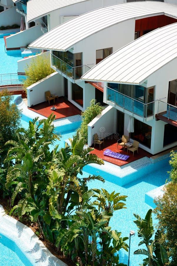 Casas de campo modernas com piscina no hotel de luxo foto de stock imagem 40353832 - Fotos chalets modernos ...