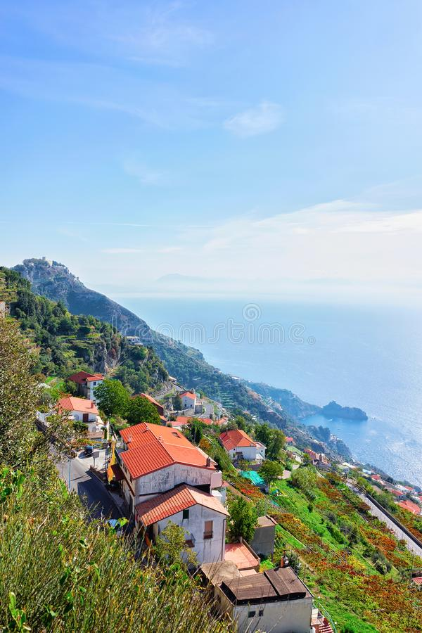 Casas de campo na cidade de Positano e no mar Tyrrhenian imagem de stock