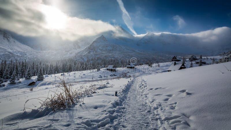 Casas de campo nas montanhas altas, Tatras do inverno foto de stock