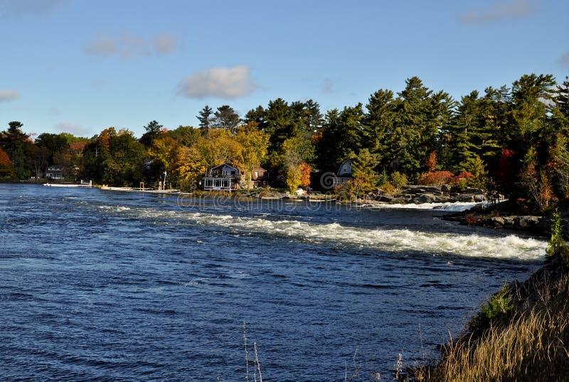 Casas de campo no rio da lua em Ontário imagem de stock royalty free