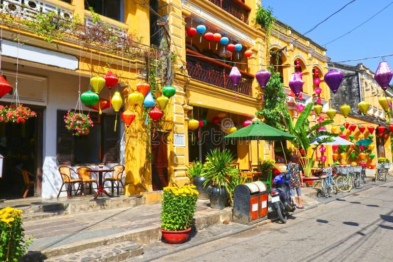 Casas de cidade antiga de Hoian Construções coloridas com as lanternas de seda festivas Local da herança do Unesco vietnam fotografia de stock
