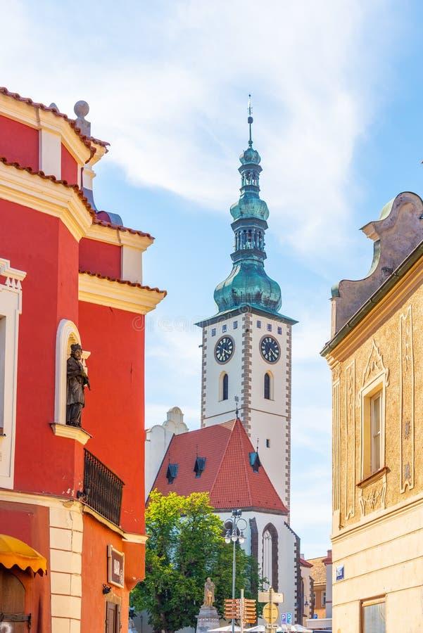 Casas de cidade e torre de sino velhas dos decanos Igreja dos senhores Conversão na montagem, Tabor, República Checa foto de stock royalty free