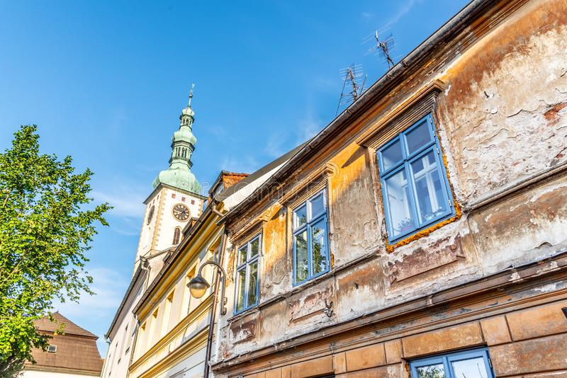 Casas de cidade e torre de sino velhas dos decanos Igreja dos senhores Conversão na montagem, Tabor, República Checa fotografia de stock