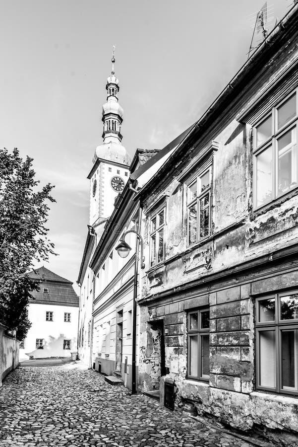 Casas de cidade e torre de sino velhas dos decanos Igreja dos senhores Conversão na montagem, Tabor, República Checa fotografia de stock royalty free