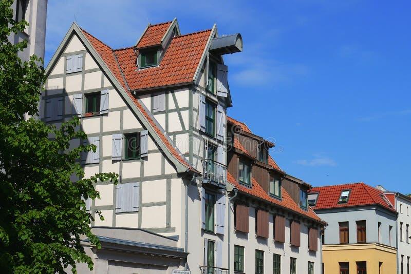Casas de cidade velhas em Rostock fotos de stock
