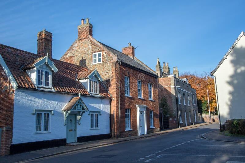 Casas de cidade velhas na rua inglesa típica da vila Wymondham Reino Unido fotografia de stock royalty free