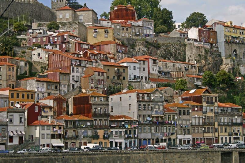Casas de ciudad en el acantilado escarpado imágenes de archivo libres de regalías