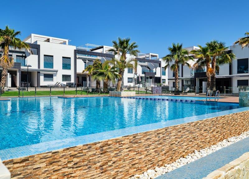 Casas de ciudad modernas con la piscina, Torrevieja, España fotos de archivo