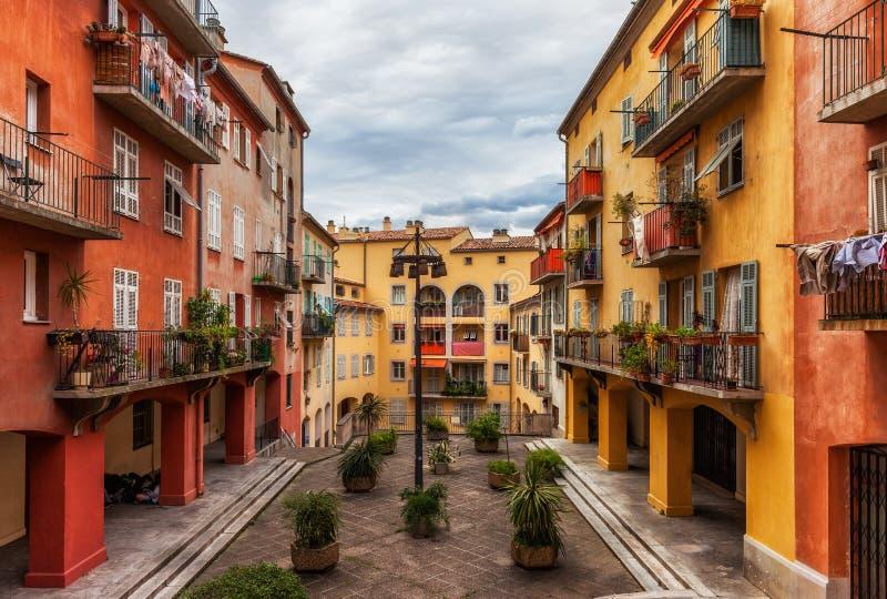 Casas de ciudad viejas coloridas en Niza ciudad en Francia fotos de archivo
