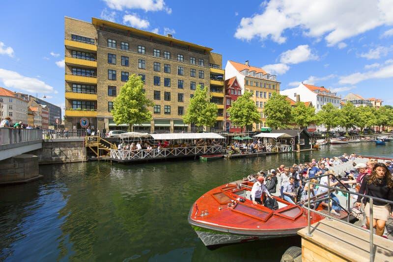 Casas de Colorfur no canal no centro da cidade, vista do navio com turistas, Copenhaga, Dinamarca imagens de stock royalty free