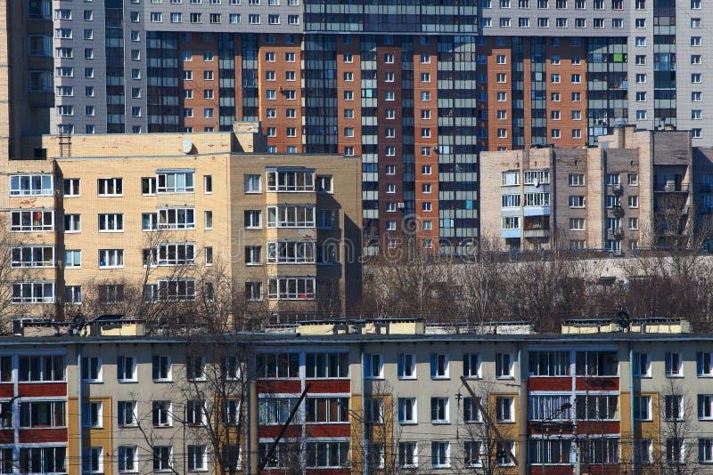 Casas de construção densas em uma área residencial da cidade fotografia de stock royalty free