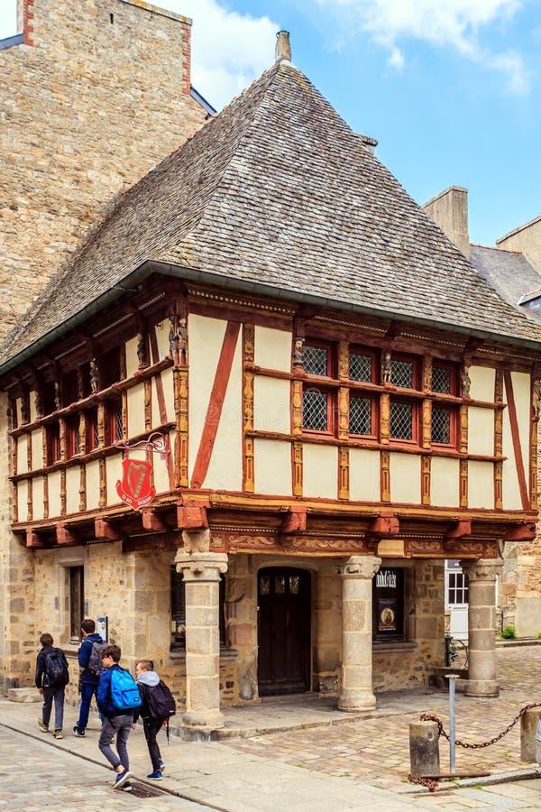 Casas de entramado de madera en Dinan, Bretaña, Francia imagenes de archivo