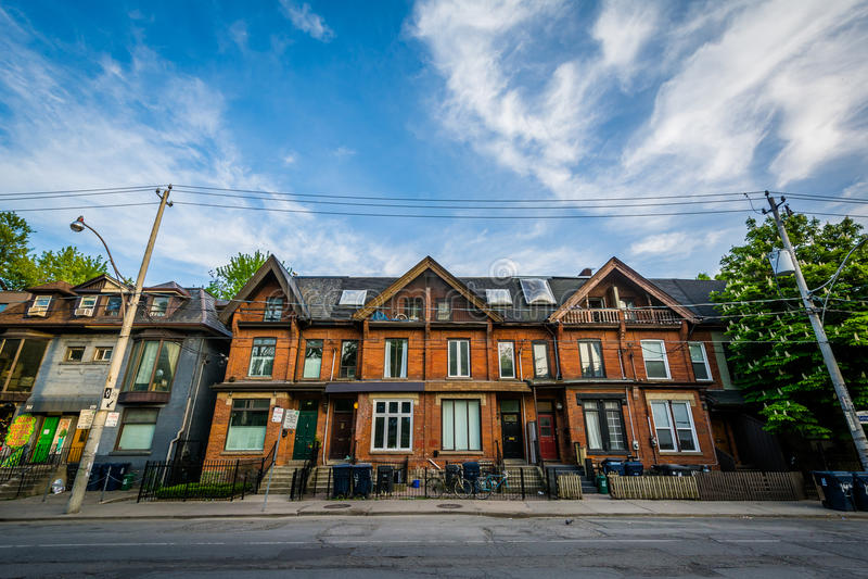 Casas de fila en Gerrard Street, en el distrito del jardín, Toronto, O imágenes de archivo libres de regalías