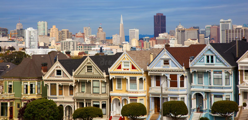 Casas de fileira famosas em San Francisco com skyline fotografia de stock