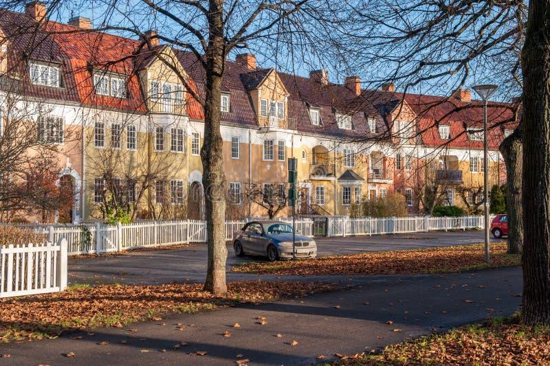 Casas de fileira inglesas do estilo durante o outono na Suécia foto de stock