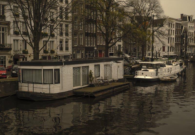 Casas de flutuação do canal de Amsterdão imagem de stock royalty free