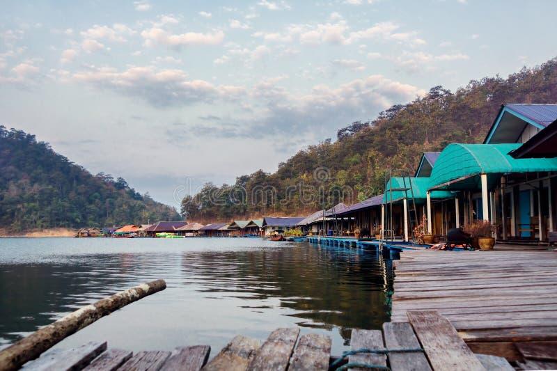 Casas de flutuação no lago em Tailândia do norte fotos de stock