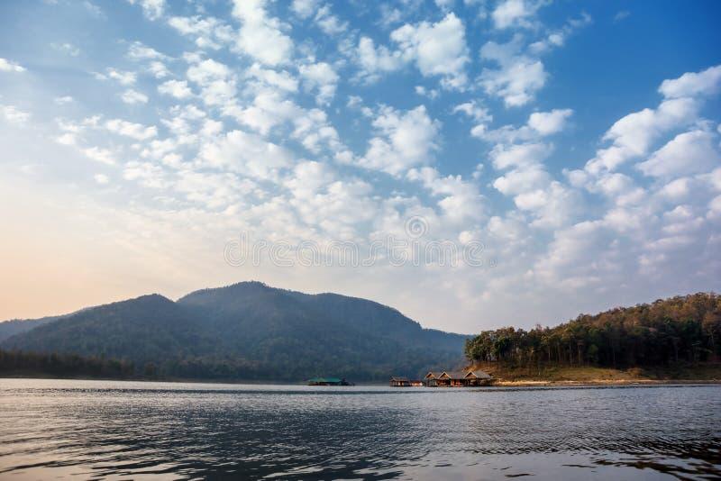 Casas de flutuação no lago em Tailândia do norte fotografia de stock
