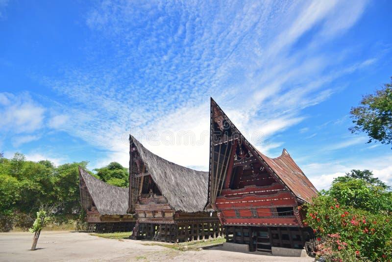 Casas de Jabu de la arquitectura tradicional de Toba Batak en la isla de Samosir, lago Toba, Sumatra del norte Indonesia foto de archivo libre de regalías
