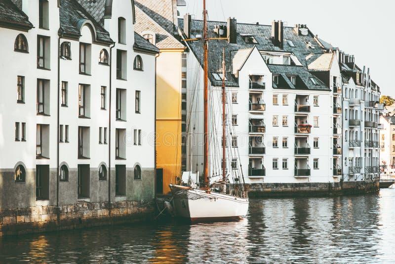 Casas de la ciudad de Alesund en el paisaje urbano de Noruega foto de archivo