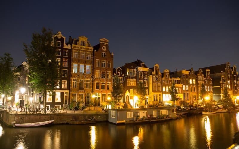 Casas de la costa en Amsterdam en la noche imagen de archivo libre de regalías