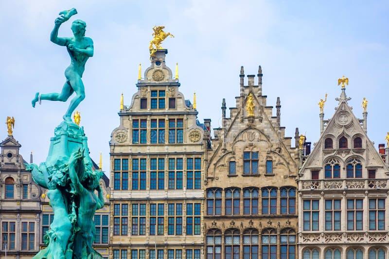 Casas de la fuente y del gremio de Barbo en Grote Markt en Amberes, Bélgica fotos de archivo