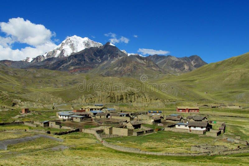 Casas de la granja en el valle de la montaña fotos de archivo