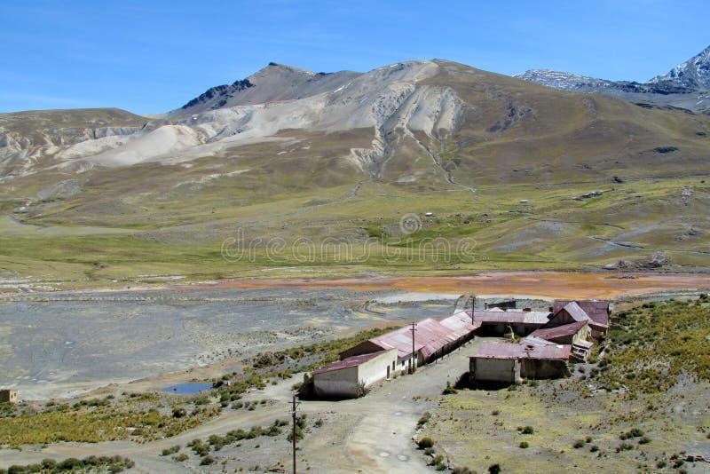 Casas de la granja en las montañas de Bolivia imagen de archivo