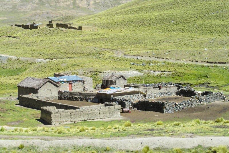 Casas de la granja en valle de la montaña fotos de archivo libres de regalías