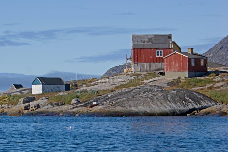 Casas de la línea de la playa del granito de Groenlandia fotografía de archivo libre de regalías