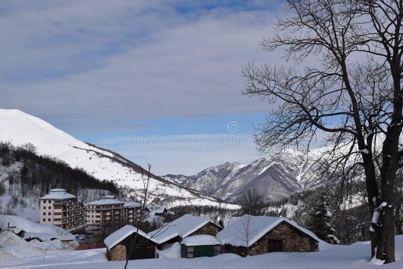 Casas de la montaña cubiertas con nieve fotografía de archivo