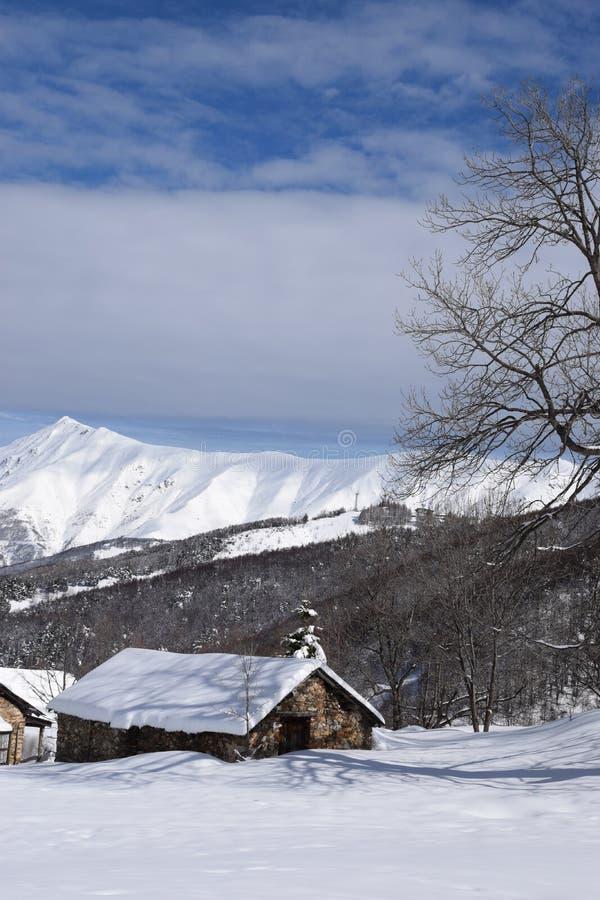 Casas de la montaña cubiertas con nieve fotografía de archivo libre de regalías