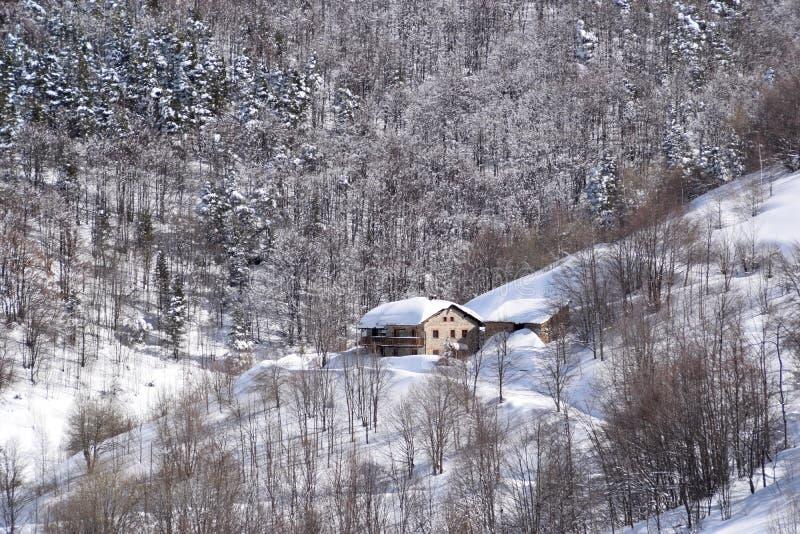 Casas de la montaña cubiertas con nieve imágenes de archivo libres de regalías