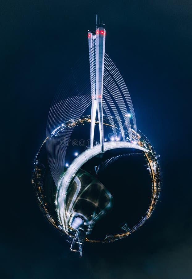 Casas de la noche del planeta de la esfera en la ciudad de Riga, puente, imagen del abejón de Letonia 360 VR para la realidad vir fotografía de archivo