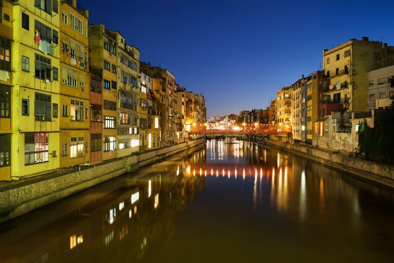 Casas de la orilla del agua en la ciudad de Girona en la noche imágenes de archivo libres de regalías