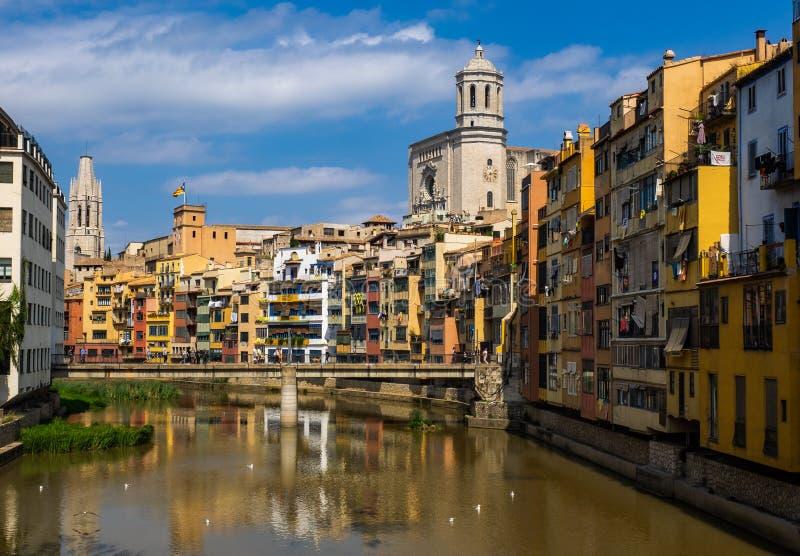 Casas de la orilla en cuarto del ` s de Girona viejo foto de archivo