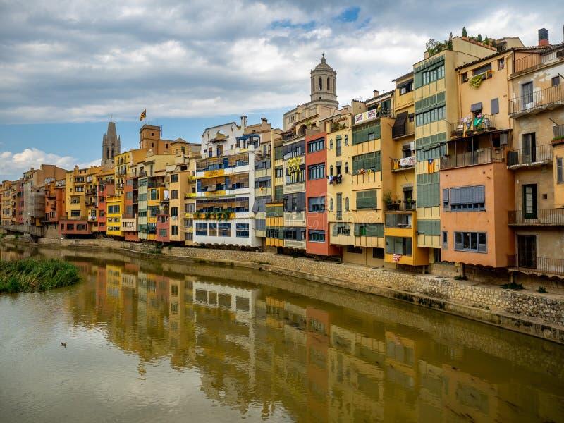 Casas de la orilla en cuarto del ` s de Girona viejo foto de archivo libre de regalías