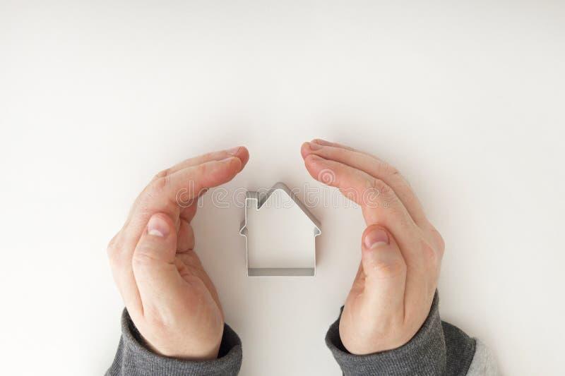 Casas de las propiedades inmobiliarias?, planos para la venta o para el alquiler Protección de las propiedades inmobiliarias segu imagen de archivo