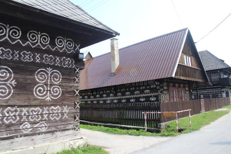 Casas de log de madeira pintadas no museu em Cicmany, Eslováquia fotos de stock royalty free