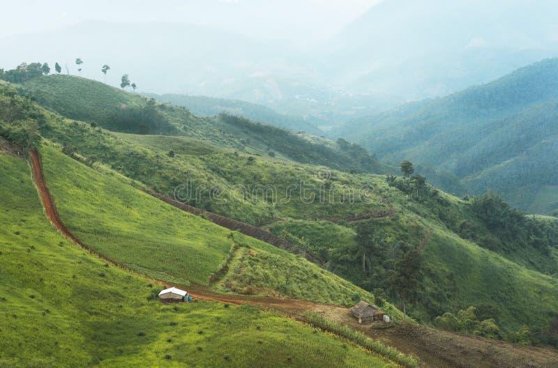 Casas de los granjeros en un valle de la montaña imagenes de archivo